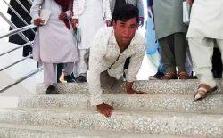 دانشجویی که با دست راه میرود