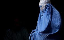 زني که تنها پوششاش برقع بود