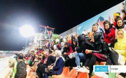زنانی که آزادی را در استدیوم فوتبال فریاد میزنند