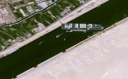 کشتی به گل نشسته در کانال سوئز به سمت حرکت خود چرخید