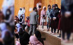 اشتیاق ورود به دانشگاه؛ یک دانشآموز در غزنی با خریطهی خون و سیروم در امتحان کانکور شرکت کرد
